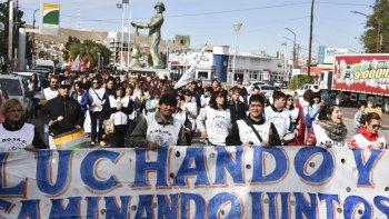 Al igual que en otras localidades santacruceñas, los docentes de Caleta Olivia protagonizaron ayer una movilización de protesta por calles céntricas.