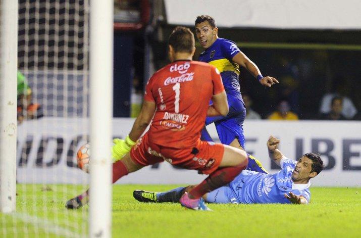 Tevez marcó el segundo gol de Boca con una definición exquisita