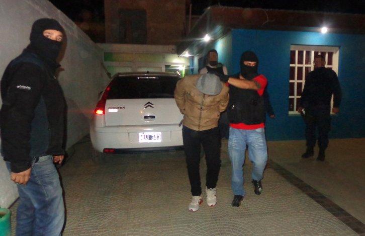 El momento en que anoche la policía saca detenido a Jaimito Martínez desde su vivienda del barrio San Cayetano.