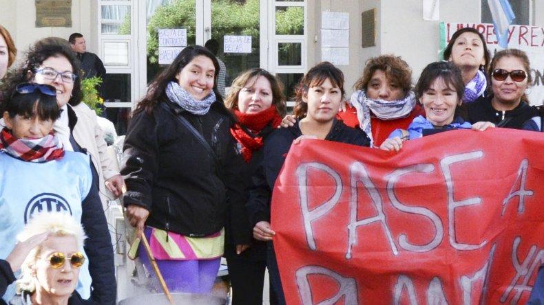 Los becarios se manifestaron en el ingreso de la Municipalidad con una olla popular para solicitar que se cumpla con la promesa de ser incluidos en paritarias.