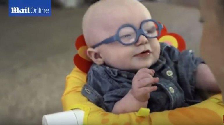 La tierna reacción de un bebé al ver por primera vez a su mamá