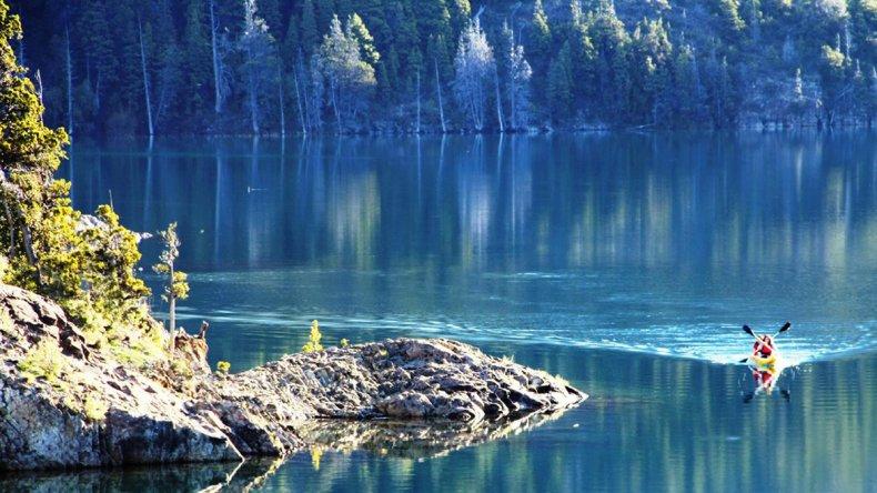 El Lago Epuyén es ideal para actividades lacustres como Kayak y vela.