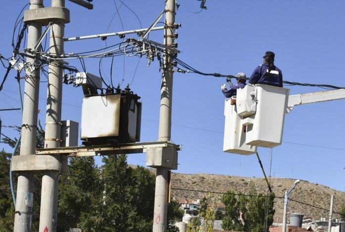 Trabajadores del distrito Caleta Olivia de Servicios Públicos exigieron a las autoridades de la empresa proveer elementos para el mantenimiento de líneas eléctricas de alta y baja tensión.