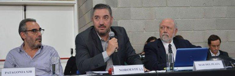Alberto Ayape -izquierda- durante el plenario de rectores del Consejo Interuniversitario Nacional.