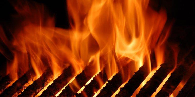 Cocinaba un asado y el fuego consumió la casa de su vecino