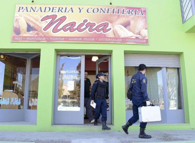 La Policía Científica realiza pericias en la panadería asaltada.