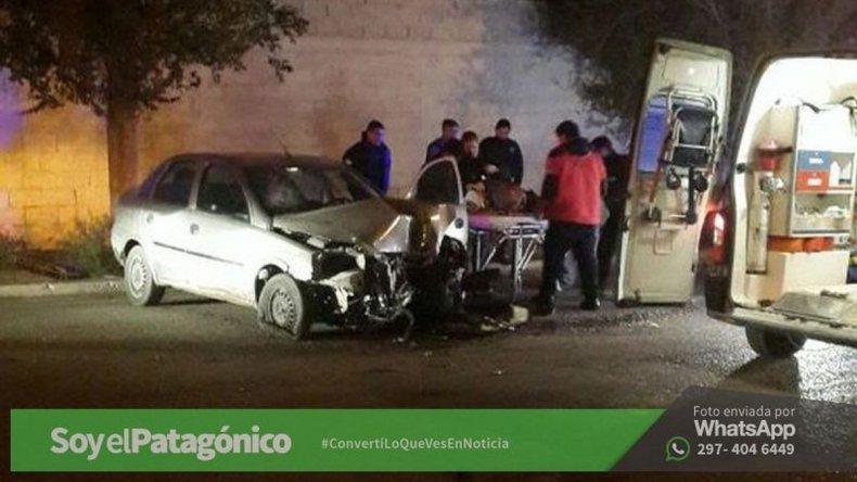 Un chapista que manejaba el auto de su cliente se estrelló contra un árbol