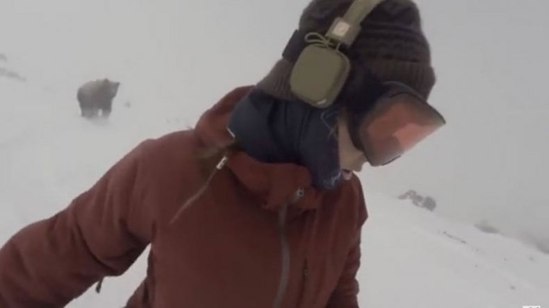 Hacía snowboard, escuchaba música y no vio que un oso la perseguía