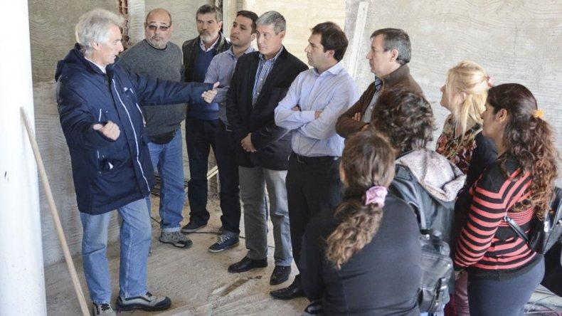 Funcionarios municipales y concejales prometen soluciones para habitantes que viven en barrios alejados.