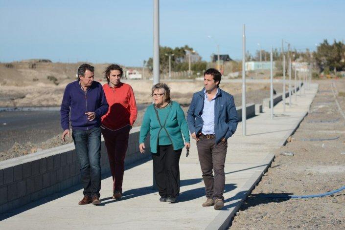 Autoridades municipales y la vecinalista de Restinga Alí recorrieron ayer la obra de paseo costero cuya primera etapa concluirá en mayo.