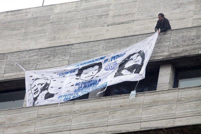 Los detuvieron por exhibir una bandera a favor de Cristina