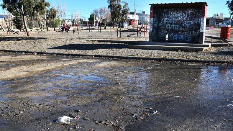 Las aguas servidas forman un río sobre las calles del barrio Stella Maris.