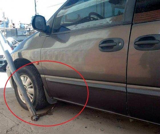 Encadenó su auto a un poste de luz para evitar que lo roben