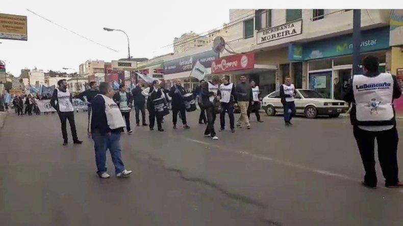 La Bancaria marchó por el centro de la ciudad exigiendo un aumento y repudiando el tarifazo