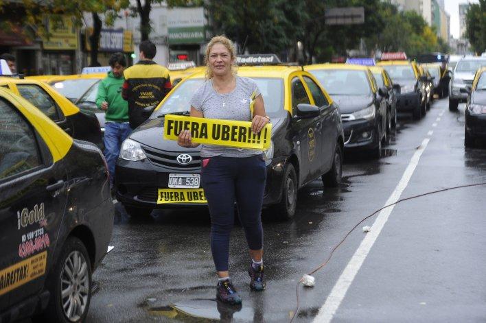 Protesta de taxistas contra el servicio de traslado Uber.