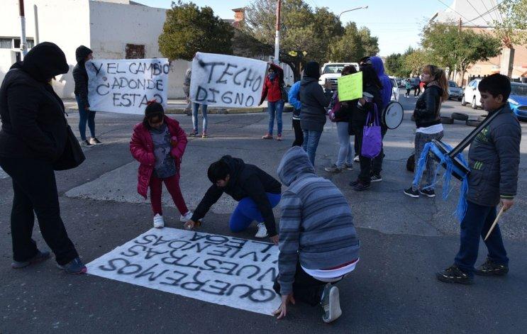Vecinos inscriptos en el Plan Techo Digno continúan reclamando que se les entreguen viviendas.
