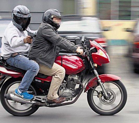 Dos motochorros intentaron robarle a un camionero en la rotonda de Palazzo