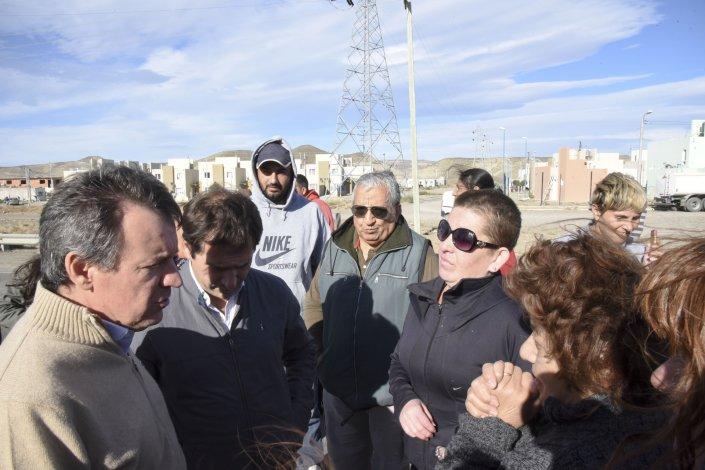 Los funcionarios municipales y el gerente de Agua de la Cooperativa tomaron nota de las quejas de los habitantes del sector y asumieron compromisos.