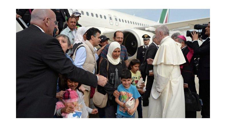 Francisco regresó a Roma con doce inmigrantes sirios