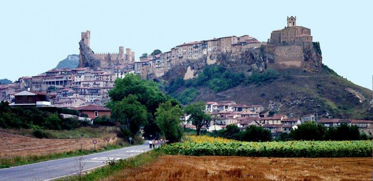 En torno al castillo de los Velasco y a la iglesia de San Vicente Mártir se apiñan las casas colgadas
