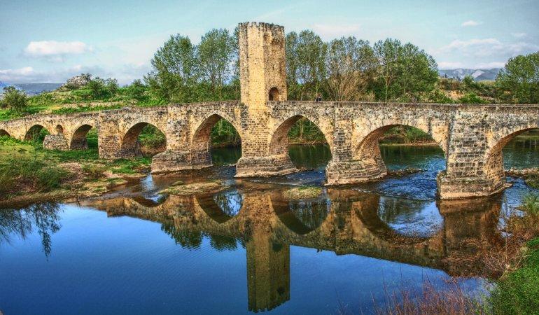 El puente medieval es una verdadera joya de 143 metros de longitud.
