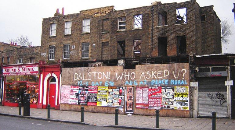 Dalston en Londres propone numerosos sitios industriales abandonados y muchas oportunidades de contemplar arte callejero.
