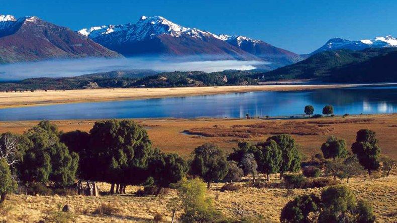 En invierno la nieve en las montañas adornan los hermosos paisajes.
