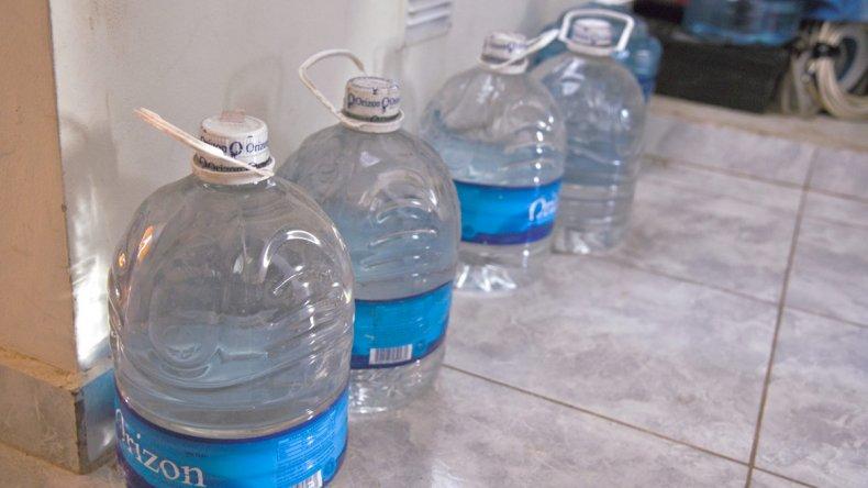 A los vecinos les proveen agua mineral