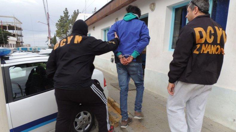 El imputado en un crimen ocurrido hace un año en Caleta Olivia fue detenido por la División Delitos Complejos. Quedó alojado en un calabozo de la Comisaría Seccional Primera.