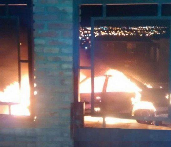 El Peugeot 405 de Hugo Olenik ardió bajo las llamas