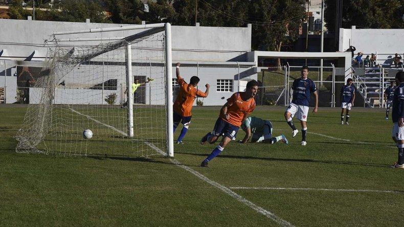 Vladimir Covalschi festeja el segundo de los cuatro goles con los cuales la CAI se sigue ilusionando con la clasificación.