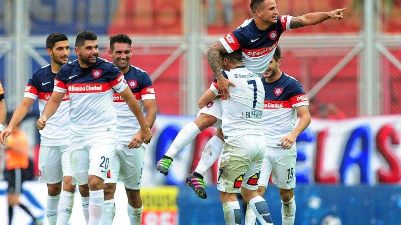Franco Mussis festeja en andas el gol del triunfo para San Lorenzo.