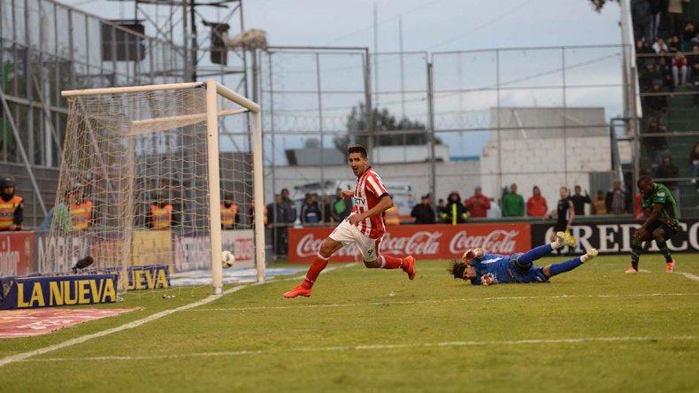 Lucas Viatri festeja el primero de sus dos goles