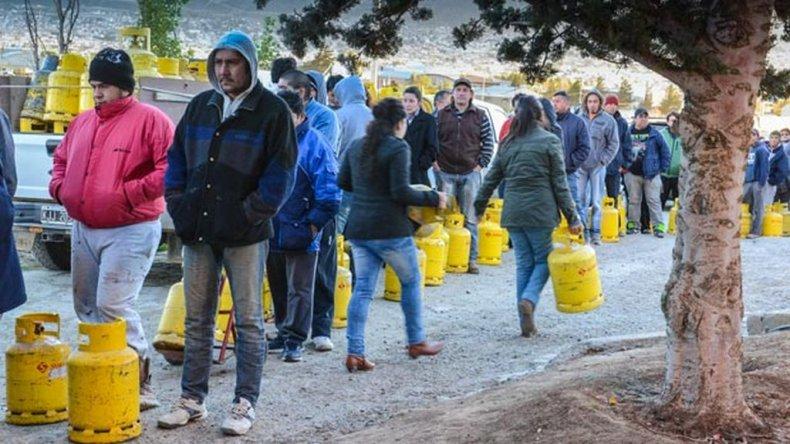 Las filas para conseguir una garrafa durante el año pasado.