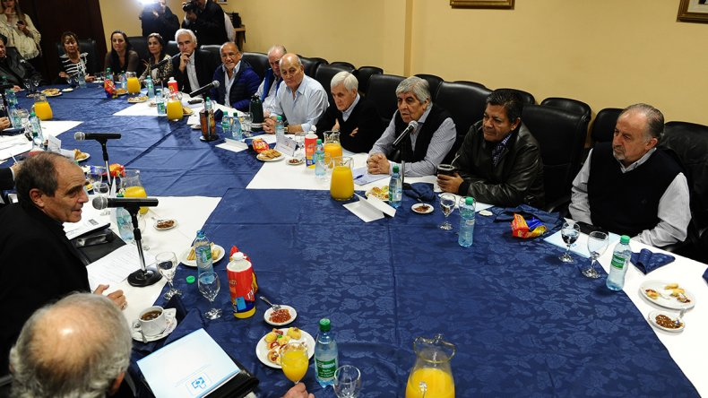 Monseñor Jorge Casaretto se reunió con dirigentes sindicales.