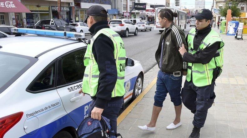 Momento en el cual Monsalve es trasladado detenido a la comisaría Primera.
