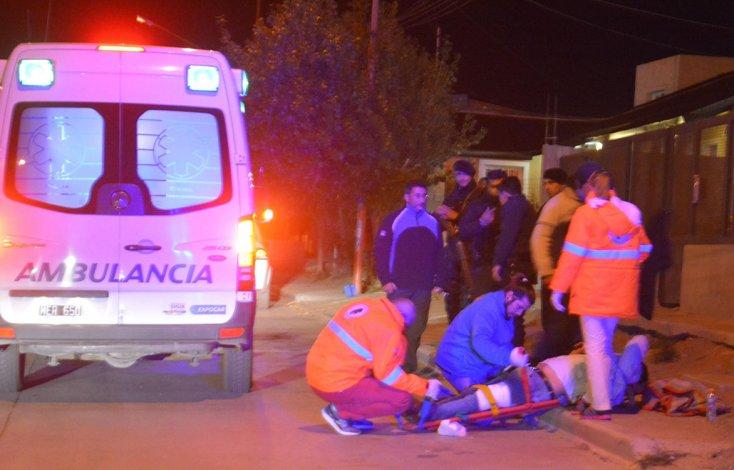 Roberto Antinao sufrió una herida de bala en la pierna izquierda y fue trasladado en ambulancia al Hospital Zonal.