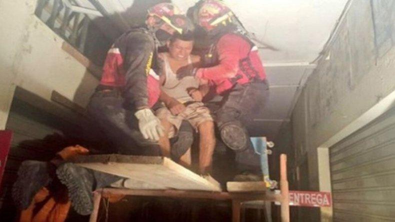 Video muestra como rescatan a un sobreviviente