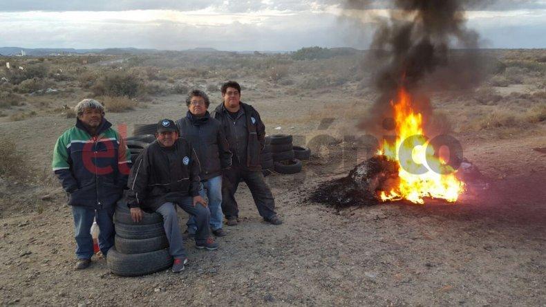 Trabajadores petroleros  bloquean el acceso a yacimientos
