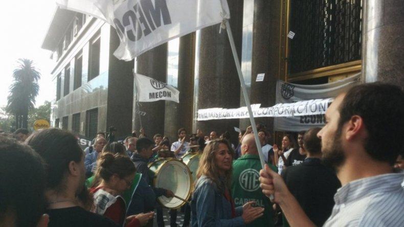 Trabajadores de ATE reclamaron frente a los ministerios que cesen los despidos.