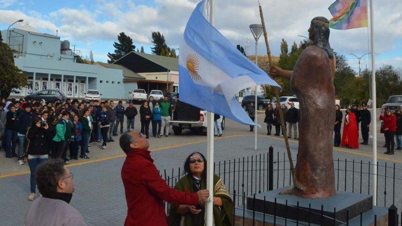 Jorge Soloaga y Celia Rañil izaron los pabellones de Argentina y Pueblos Originarios en la plazoleta donde se erige la escultura en homenaje a los tehuelches.