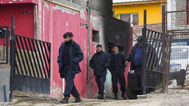 La policía se retira tras efectuar pericias en la vivienda donde se produjo la tragedia.