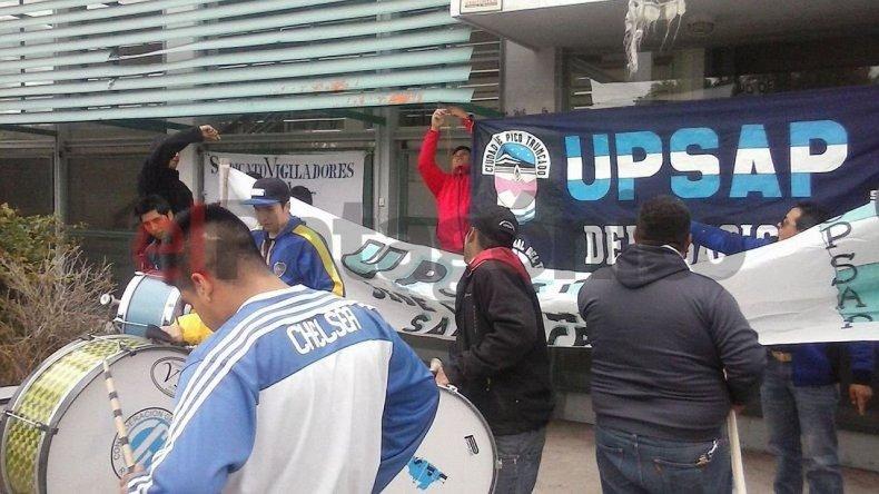 Trabajadores de seguridad iniciaron paro por despidos