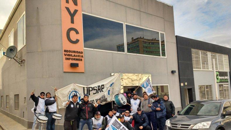 Los trabajadores de NYC se manifestaron frente a la empresa denunciando presiones injustificadas.