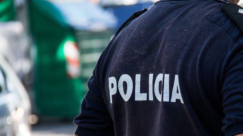 Detuvieron a un policía que llevaba un arma de caza, carne de guanaco y municiones
