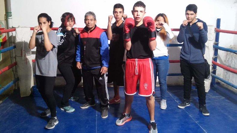 El técnico de boxeo Luis Montiel junto a seis de sus pupilos en el Puerto.