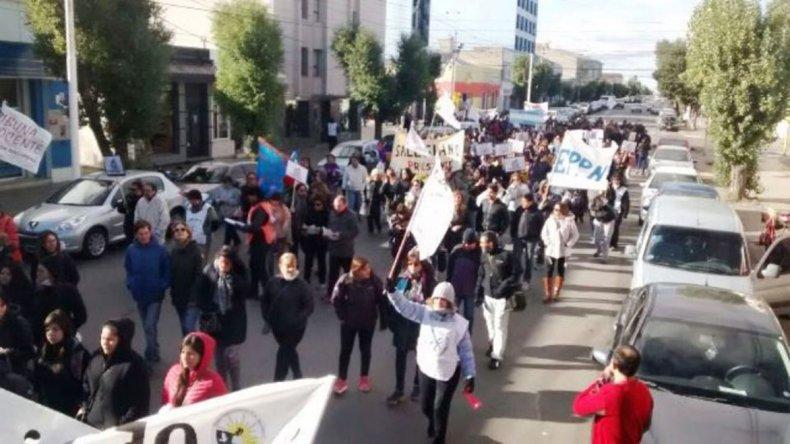 Los docentes marcharon en la víspera por las avenidas céntricas de Río Gallegos