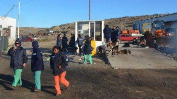 Personal operativo de la Fundación Santa Cruz Sustentable bloqueó ayer el acceso principal al basural y complicó el plan de emergencia del intendente Prades.