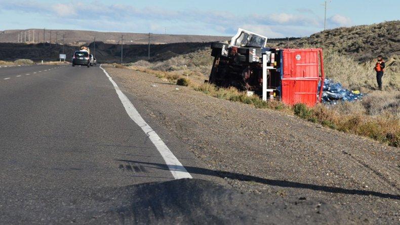 Ruta deteriorada provocó el vuelco de un camión