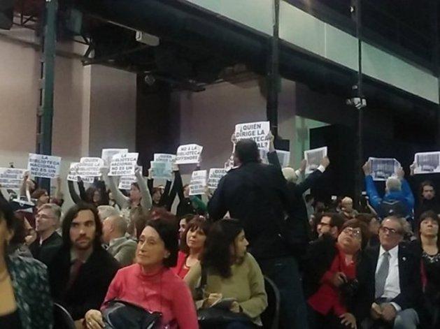 Escracharon a Manguel durante su discurso en la Feria del Libro